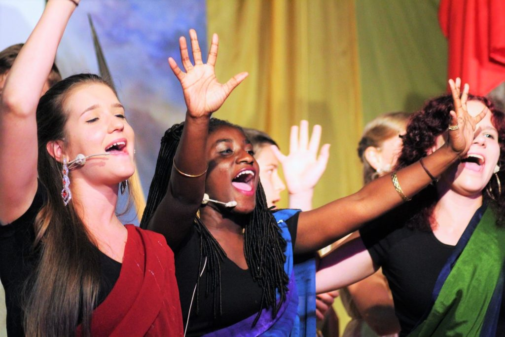 Teens singing at theater camp