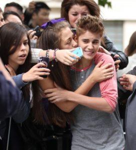 Fan kissing Justin Bieber 2012